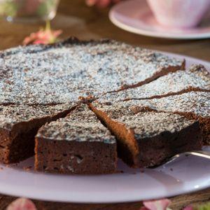 Schokolade zerkleinern und mit Butter im Ofen bei etwa 65°C schmelzen lassen. Danach den Ofen auf 140°C vorheizen. Eier trennen. Eiklar...