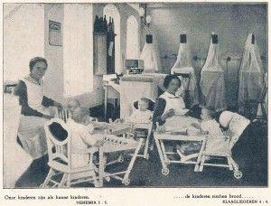 Kleine kinderen en zusters op zaal, foto uit het HvO-blad van 1927