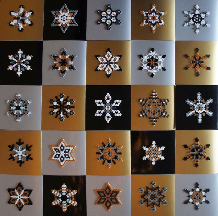 Weihnachtspost 2012 - Bügelperlen : 25 Klappkarten im quadratischen Format aus silbernem, schwarzen und goldfarbenem Chromolux Karton. Verziert mit 25 individuellen Sternen und Schneeflocken aus Bügelperlen in den Farben weiß, silber, grau, schwarz und gold  - Made by J A M T http://madebyjamt.blogspot.de/2013/01/weihnachtspost-2012-bugelperlen-sterne.html