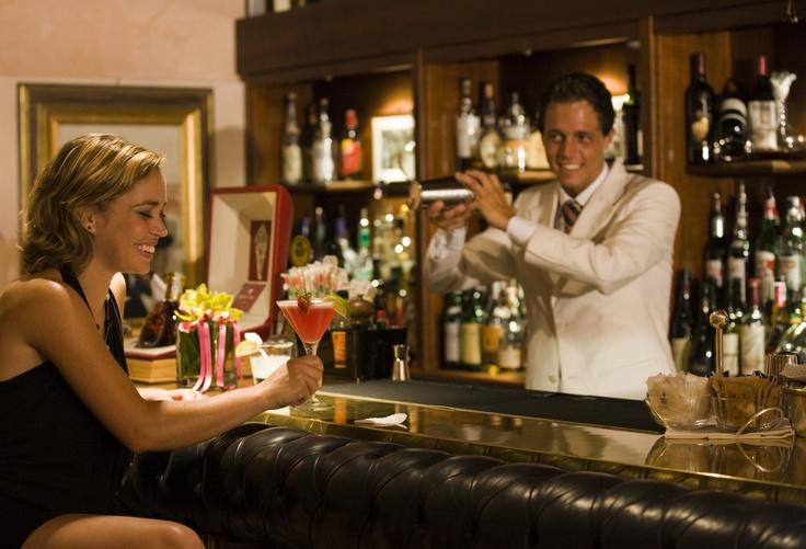"""Winnie's bar #pianobar #cocktail #drinks #winstonchurchill    Quando, nell'immediato dopoguerra, Sir Winston Churchill soggiornò al Grand Hotel amava trascorrere i momenti di relax in questo elegante bar, fumando il suo sigaro e sorseggiando Pol Roger, il suo champagne preferito. È in suo onore che il locale, con giardino a lago, è stato chiamato """"Winnie's Bar""""."""