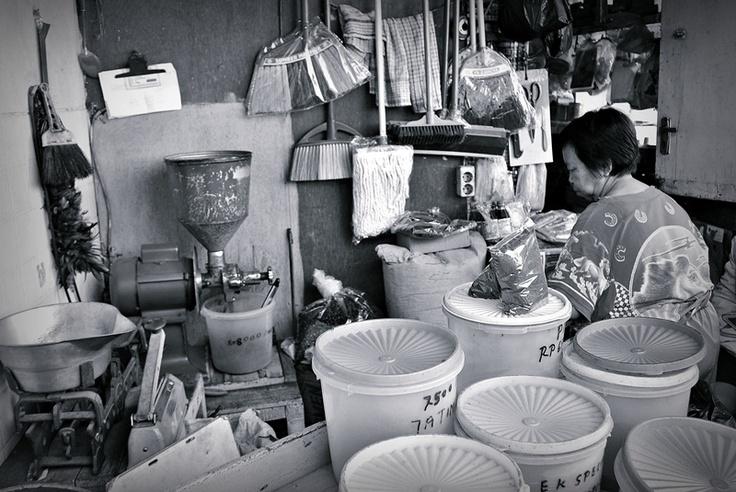 Pedagang Kopi Tradisional. Tersedia berbagai jenis kopi dari yang murah sampai yang mahal. Bila kopi masih berupa biji, bisa langsung digiling di sini