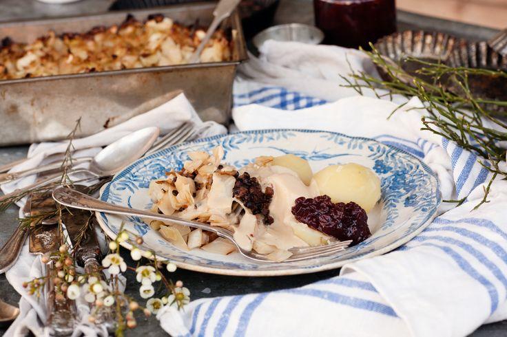 Kålpudding är en gammal husmansfavorit som är himla enkel att göra vegetarisk! Eftersom sojafärs inte har särskilt mycket egen smak, så kryddar vi den innan härligheten gräddas i ugnen.