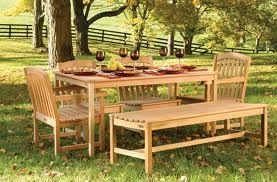 Un tavolo, qualche sedia e una panca. Ecco che la zona outdoor si rivela perfetta per colazioni, pranzi e merende all'aria aperta.