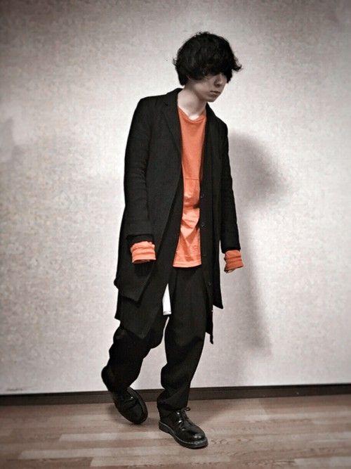 こんばんは。 HAREのオレンジTで差し色。 後は真っ黒です👍🏻笑 ロングカーディガンにチェスタ