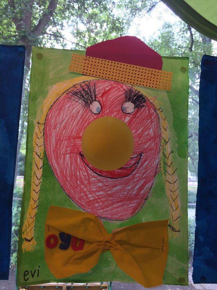 Clown tekenen met wasco, daarna ecoline. Ballon als neus en strik + hoedje eraan nieten