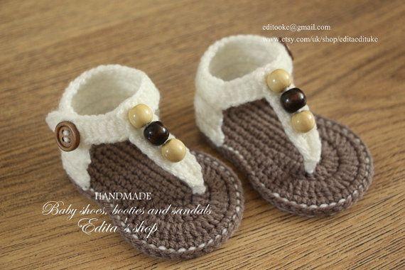 Sandalias de bebé del ganchillo, sandalias de Gladiador de bebé, botitas de bebé, zapatos de bebé, crema y marrón con cuentas de madera, listo para nave, talla 6-9 meses