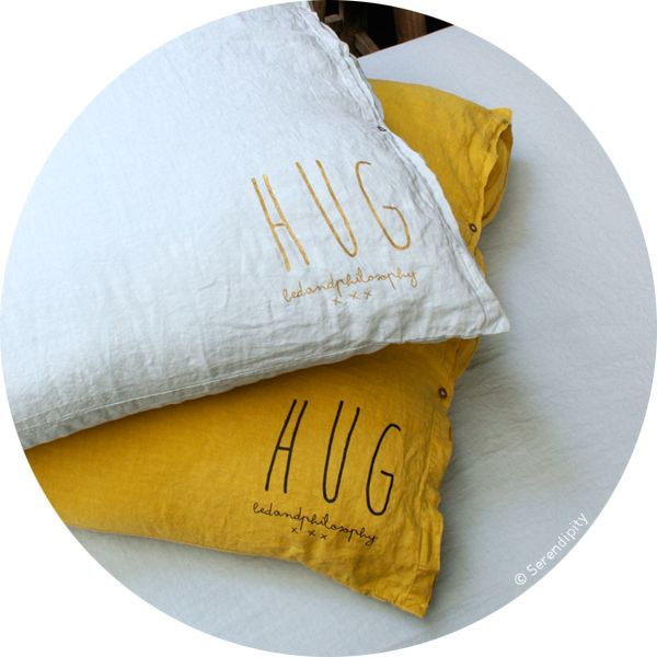 grand coussin carré Hug http://www.serendipity.fr/grand-coussin-carre-Hug/2-2754/p