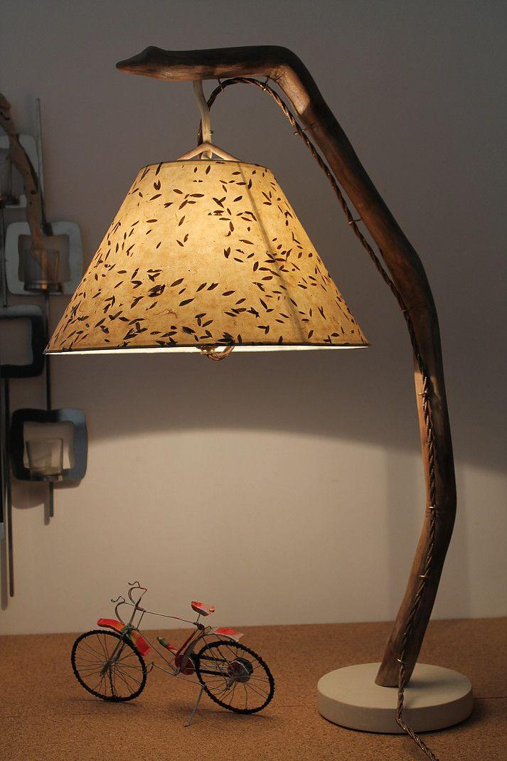 """""""Semplice"""" - Lampada artigianale in legno di mare con base in pietra leccese sagomata a scalpello. Paralume rivestito di carta di riso con inserti di foglie di ulivo."""