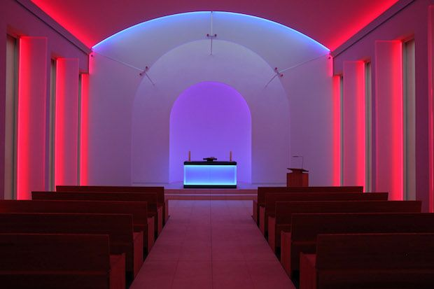 Voici la chapelle du Cimetière Mémorial de Dorotheenstadt situé dans la banlieue de Berlin (Allemagne). Construite en 1928 cette Chapelle funéraire à été récemment rénovée par l'architecte Berlinois Nedelykov Moreira et mise en lumière par le célèbre concepteur lumière Américain James Turrell. Entièrement équipée en Led, cette installation lumineuse comporte 11 ambiances lumineuses de couleurs différentes.