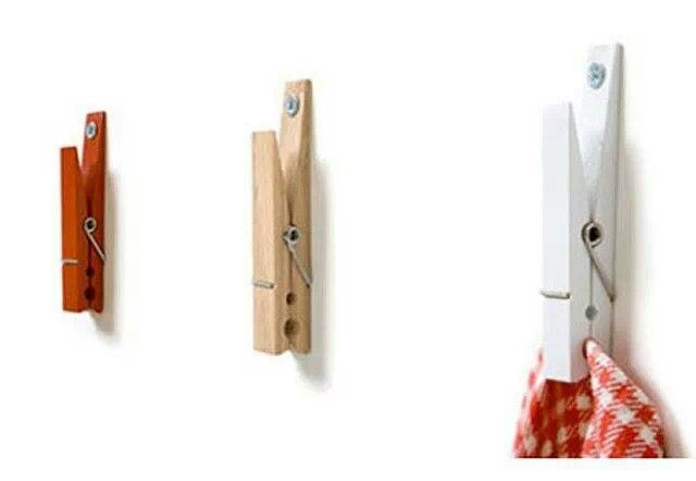 Coloca una pinza de ropa clavada en la pared para colgar los trapos de cocina