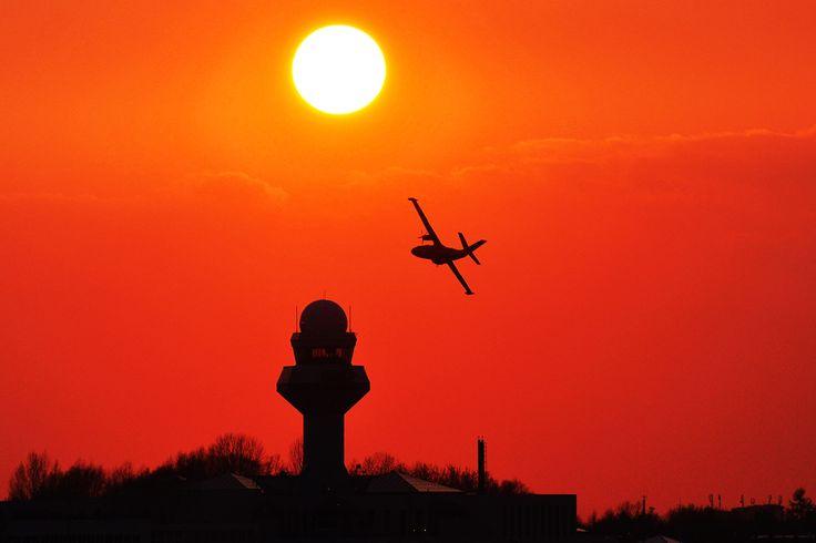 Wieczorny widok na wieżę kontroli lotów. Fot. Michał Suliński