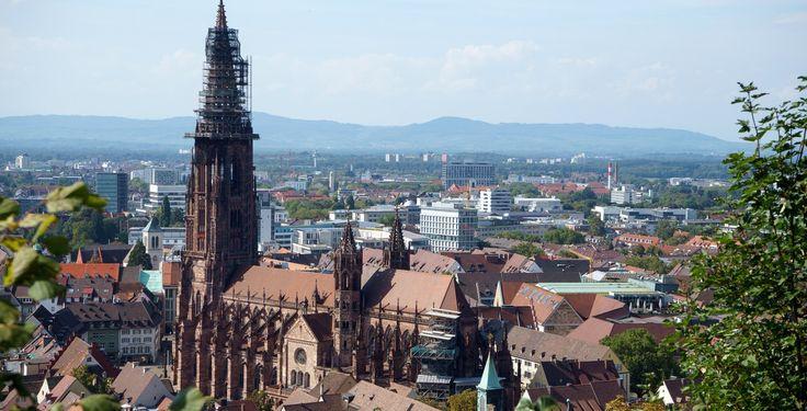 Freiburg (Baden-Württemberg): Freiburg im Breisgau ist eine kreisfreie Großstadt in Baden-Württemberg. Von 1945 bis zur Gründung des Landes Baden-Württemberg am 25. April 1952 war Freiburg im Breisgau die Landeshauptstadt des Landes Baden. Die südlichste Großstadt Deutschlands ist Sitz des Regierungspräsidiums Freiburg sowie des Regionalverbands Südlicher Oberrhein und des Landkreises Breisgau-Hochschwarzwald. Sie wird von diesem Landkreis umschlossen, dem sie selbst nicht angehört; als…