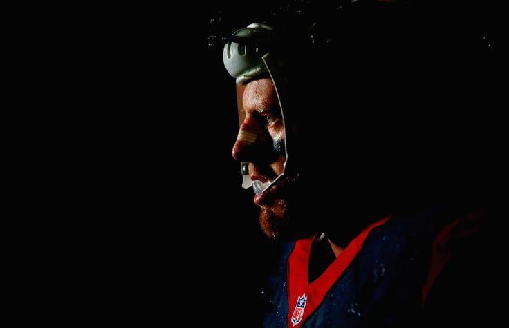 Las fotos más curiosas del deporte, J.J. Watt de los Houston Texans sale al césped en el partido ante los Kansas City Chiefs.