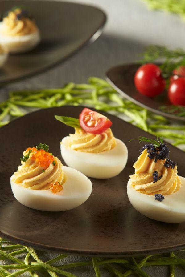 Ganz schön edel werden die russischen Eier, wenn man ein wenig Kaviar auf das…