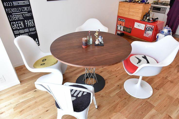 デザイナーズチェアを置いたダイニングテーブル