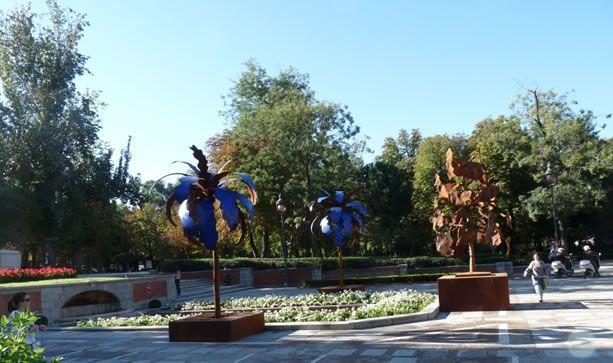 Palmeras y árbol de hierro forjado, todos del escultor español José G. Onieva. Ejemplos de esculturas de hierro que imitan las flores. ¡¡¡¡ Hay que huir de esto !!!!. La imagen está tomada en el parque del Retiro de Madrid.