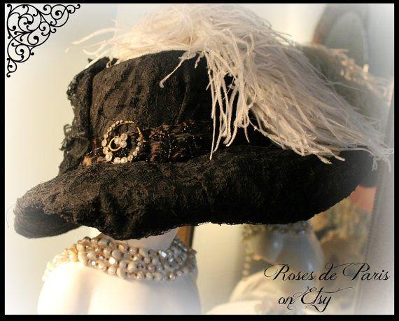 Dies ist ein unglaublich! Es ist schön! Der gesamte Hut wurde in einem wunderschönen schwarzer Chantilly Stil Spitze vollständig abgedeckt. Die Spitzen werden gesammelt, in den Rücken und dann gibt es ein breites Band mit Perlen ganz umgehen und dann mit diesem schönen alten Vintage Brosche geschmückt. Es ist mit diesen wunderschönen weißen Federn abgerundet. Es ist erstaunlich! Sehr, sehr guter Vintage Zustand. Die Spitze ist gut in Form. Ich erwartete, Hausschwamm und Tränen zu sehen, aber…