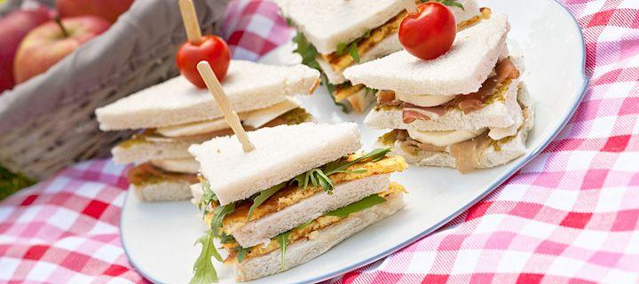 Sandwich met omelet en parmaham