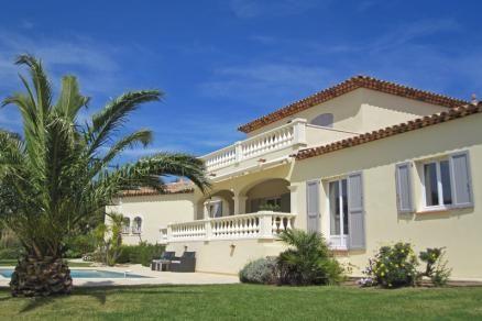 """Villa """"Baie du Golf"""" (Sainte-Maxime) - Luxe vrijstaande villa met privé zwembad, gelegen aan de Golfbaan van Sainte-Maxime. Met de auto bent u binnen enkele minuten bij het strand. De villa biedt een prachtig panoramisch uitzicht op de golfbaan en een klein stukje zeezicht. Goed voor de kids is de vlakke tuin van circa 1.600 m2. De villa is geschikt voor 7 personen (plus een baby)."""