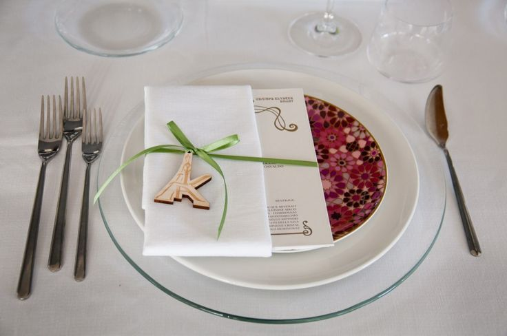 Allestimento tavolo nuziale in stile provenzale per un banchetto in tema parigino