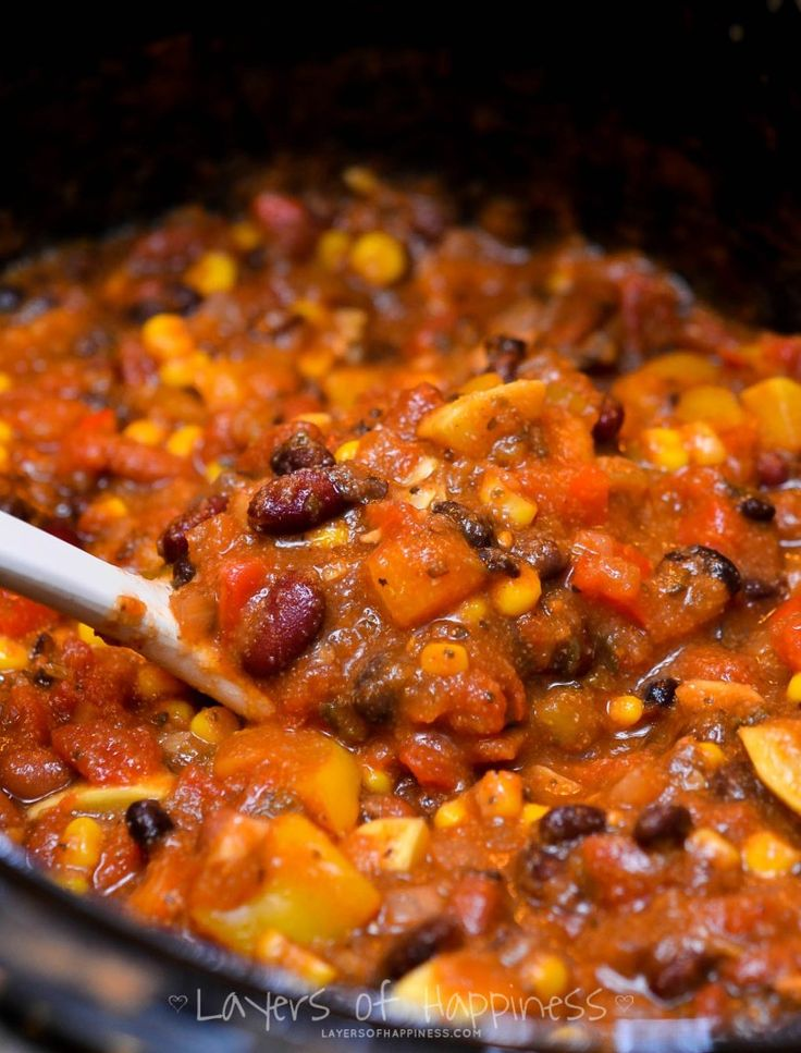 Easy Slow Cooker VEGGIE CHILLI: A variety of vegetables, a rich tomato