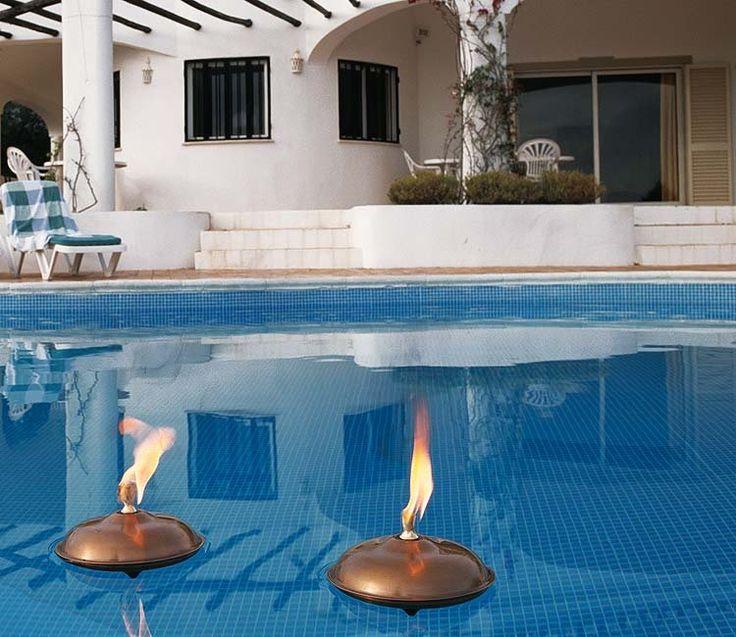 El suelo alrededor de la piscina