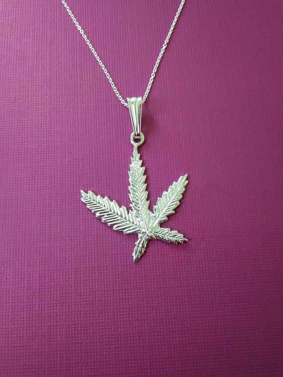 Mira este artículo en mi tienda de Etsy: https://www.etsy.com/mx/listing/550354203/925-sterling-silver-marihuana-leaf