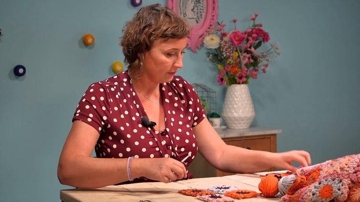 Saskia haakt een tas van granny squares. Ze laat zien hoe je de granny square maakt en je ze met een zigzaggende beweging aan elkaar zet. Het patroon van de ...