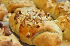 Bagenørden serverer nemme lækre kærnemælkshorn med remonce af marcipan og nougat og drysset med mandeldrys. Kærnemælkshornene bliver bløde, sprøde og sukkersøde