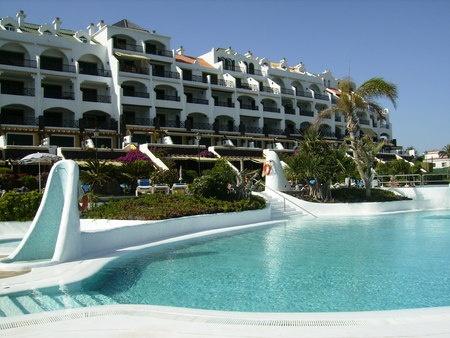 Apartamento en Santa Cruz de Tenerife con piscina y junto al mar. ¡Escápate al buen tiempo e intercambia tu casa con ellos! #tenerife #canarias #vacaciones