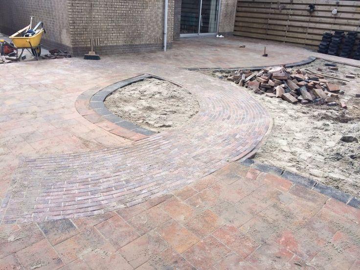 wilt u een excentrieke tuin wij kunnen het voor u waar maken kijk op www.vanderveerbestrating.nl