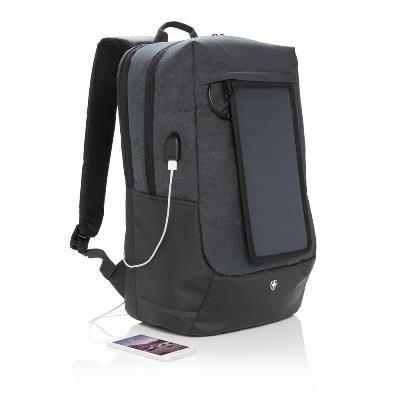Rucsac promotional cu incarcare solara Swiss Peak, prevazut cu un ecran #solar imbunatatit pentru captarea energiei solare. Ecranul solar poate incarca un iPhone in 3-4 ore. Rucsacul este perfect pentru a va incarca dispozitivele pe durata deplasarii, cu 2 iesiri USB pentru a alimenta simultan 2 dispozitive. Dispune de port USB lateral pentru conectarea bateriei externe. Rucsacul poate fi #personalizat la comanda pentru a putea fi oferit angajatilor, partenerilor sau clientilor fideli.