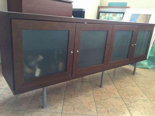 150 zł: Sprzedam witrynę/komodę IKEA. Kolor brąz, szklane drzwiczki, metalowe nóżki. 4 szafki, w każdej szafce po 1 półce szklanej. Przechowywanie + powierzchnia pozioma służąca do ustawienia bibelotów, tele...