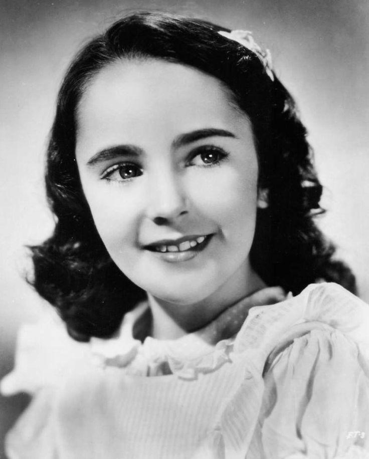 BEAUTIFUL CHILD / Elizabeth TAYLOR naît le 27 février 1932 à Hampstead, situé en Angleterre dans la banlieue cossue de Londres, avec la nationalité britannique, de parents tous deux américains et originaires de Kansas City (Missouri). Elle est la seconde enfant de l'actrice Sara Viola WARMBRODT (de son nom de scène Sara SOTHERN, 1895–1994) et de Francis TAYLOR (1897–1968), propriétaire d'une galerie d'art. Elle grandit au 8 Wildwood Road d'Hampstead Garden Suburb, auprès de ses parents et…