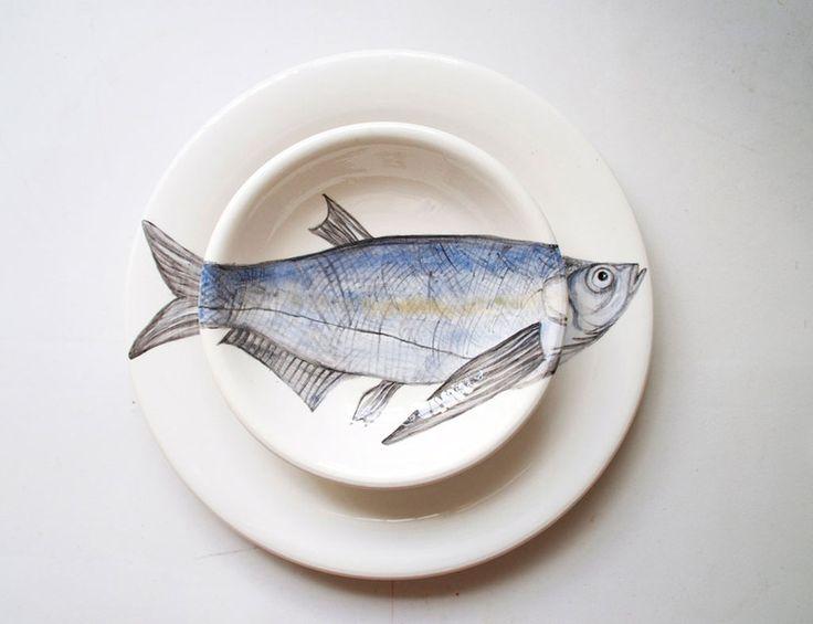 Nuria Blanco. Pareja de platos pintados a mano con pez
