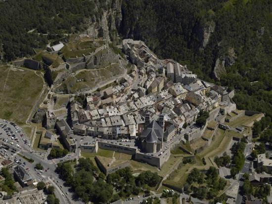 L'enceinte urbaine, les forts et le pont d'Asfeld à Briançon, Hautes-Alpes. Par Vauban. The city walls, forts and Asfeld bridge Briancon, Hautes-Alpes. By Vauban.
