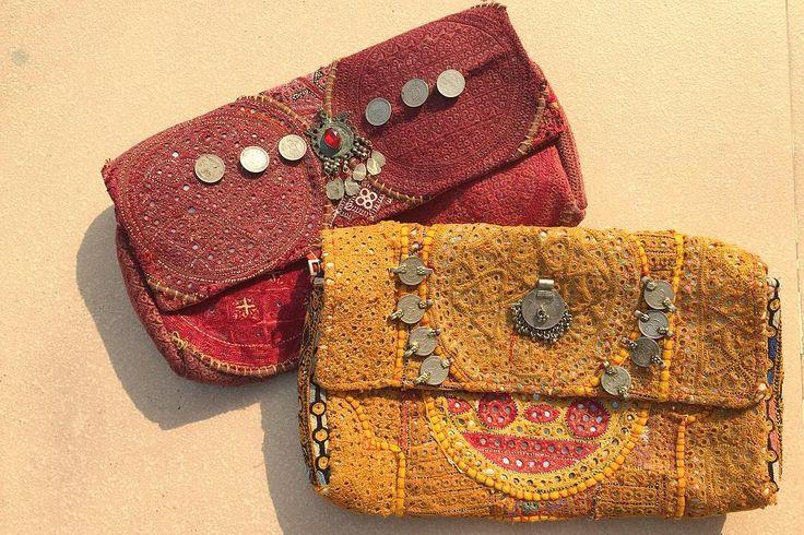 ミュシャの絵画のように淡く優しい色彩を放ち 手による繊細な刺繍で作られたクラッチバッグ アンティークな素材じゃないと出せないこの色 そしてその時の偶然がないとできない布の組み合わせ  アンティークなアフガニスタンジュエリーのパーツや インドの古いコインが飾りにある点も  シンプルなスタイルに花を添えるアイテム . . #sweedeeworld #india #lifeinindia #life #travel #handcrafted #embroidery #fashion #antique #mucha #インド #インド暮らし #暮らし #旅 #ファッション #手仕事 #刺繍 #古布 #クラッチバッグ #古着 #ミュシャ #アンティーク