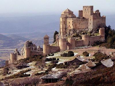 Haciéndole buen honor a la tierra que le llega a brindar nombre encontramos al Castillo de Loarre, el cual cuenta con una buena cantidad de detalles intere