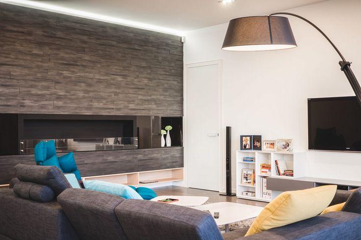 Anyagok és színek remek összhangja egy tágas, elegáns, kényelmes minimál nappali-konyha térben