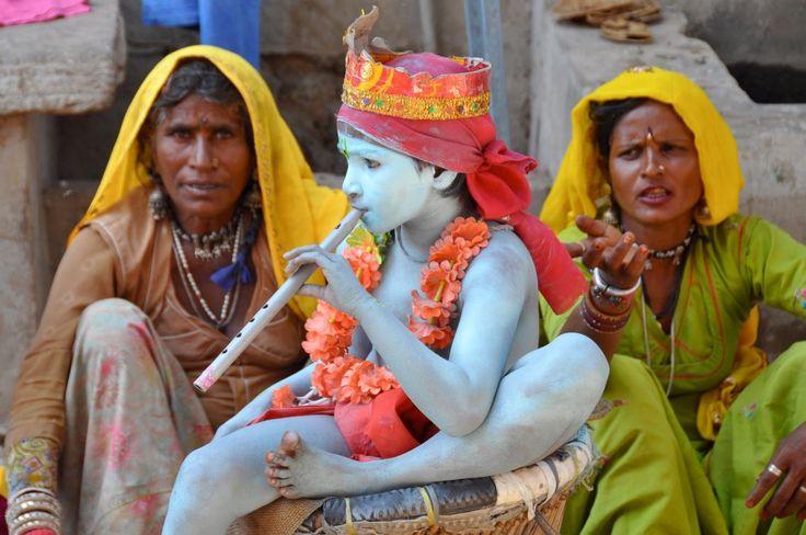 Hit the streets of Benaras, feel like a typical Benarasi, explore the crescent bank and its secrets | Padhaaro
