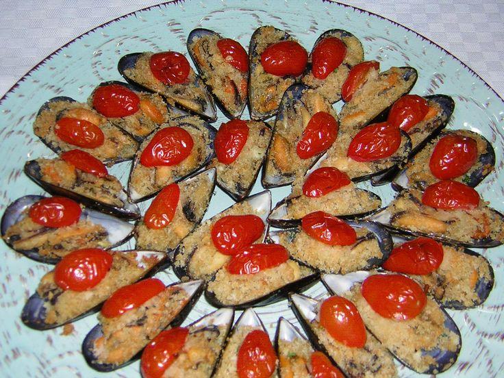 Le cozze al forno con pomodorini sono un antipasto o parte di un secondo piatto molto sfizioso oltre che buonissimo. La preparazione è simile a quella delle