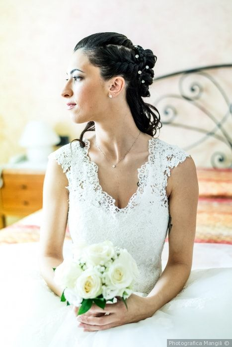 Acconciatura da sposa laterale con treccia e chignon