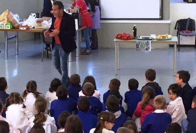 """""""La Merenda di una Volta"""" con scuola del Secondo Circolo """"G. di Vittorio"""" per la giornata mondiale dell'alimentazione è una ricorrenza che si celebra ogni anno in tutto il mondo il 16 ottobre per ricordare l'anniversario della data di fondazione dell'Organizzazione delle Nazioni Unite per l'alimentazione e l'agricoltura. con Plastic Food Project UUD Erasmus+ by Informazione Locale http://www.informazionelocale.it/umbertide-alla-di-vittorio-la-merenda-di-una-volta-per-un-alimentazione-sana"""