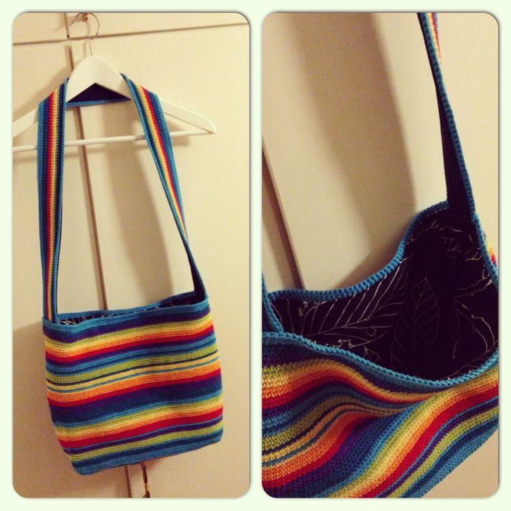 Virkad väska i regnbågsfärger