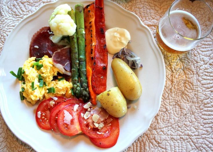 Spekemat med eggerøre, aioli og sommergrønnsaker