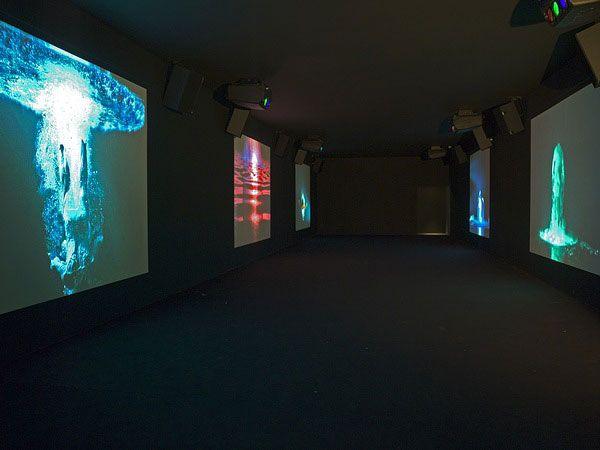 Bill Viola, Five Angels for the Millennium, 2001 Installation vidéo sonore, salle noire de dimensions variables, 5 projections murales de 240 x 130cm 5 sources de son stéréo