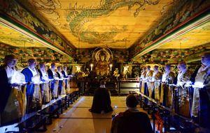 木魚が響く「ミッドナイト念仏」 京都・知恩院三門