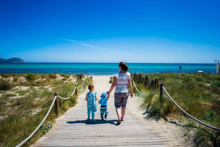 Tante Ema auf Mallorca - Shirt mit Volantärmeln und Elsa Sommeroutfit - Nähfrosch Ein bisschen was sommerliches habe ich natürlich auch fürunseren Urlaub auf Mallorcagenäht. Hier seht ihr ein Shirt und ein Kleid nach Schnitten und mit Stoffen von Tante Ema am Strand von Can Picafort im Norden von Mallorca! Balearen Urlaub mit Kindern Spanien Spain Nähen Sewing