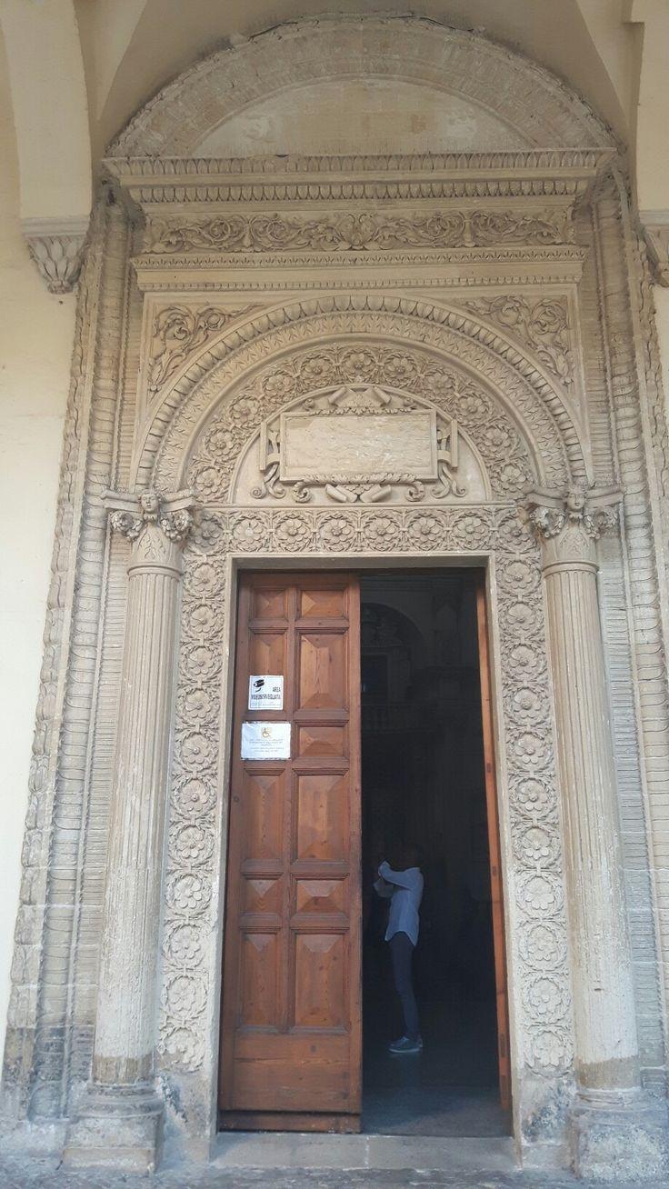 Porta laterale della Basilica della Croce a Lecce. Verso il cortile