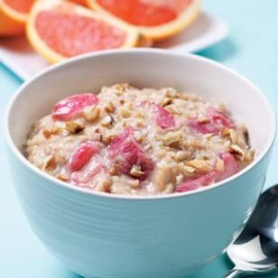 For a delicious low calorie breakfast recipe try this Oatmeal-Rhubarb Porridge to get your morning started. Perk up your morning meal with the addition of some tangy rhubarb! #healthy #breakfast
